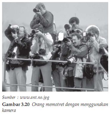 Orang memotret dengan menggunakan kamera