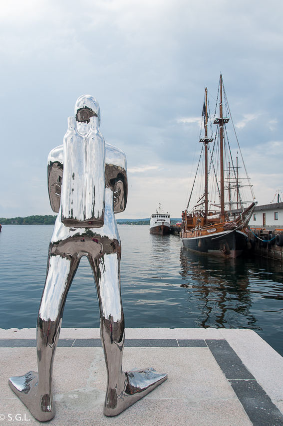 Estatua submarinista puerto Oslo. Noruega