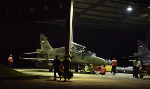 TERBANG MALAM : Skadron Udara 1 Lanud Supadio menggelar Latihan Terbang Malam, Selasa (20/3).  Latihan terbang malam ini direncanakan selama satu Minggu ini. Foto Kepala Peneranhgan Danlanud Supadio