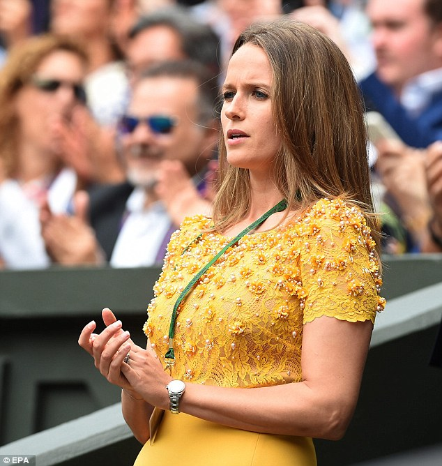 Kim Sears goes for gold in lace dress as Andy Murray battles in his third Wimbledon final