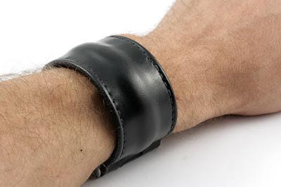 Bracciale largo in cuoio nero con chiusura a vite in acciaio inox realizzato su misura e cucito a mano