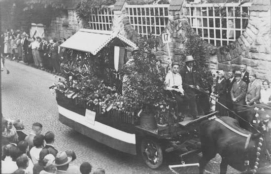 """Winzerfest 1932 - Motivwagen """"Trinkt Bensheimer Wein"""", Nachlass Joseph Stoll, Fotoalbum Winzerfest 1932 lfd. No. 010b.jpg"""