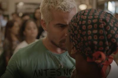 Ryan tenta acalmar a namorada — Foto: TV Globo