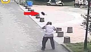 Περπατούσε αμέριμνος στον δρόμο και του ήρθε… τηγάνι στο κεφάλι