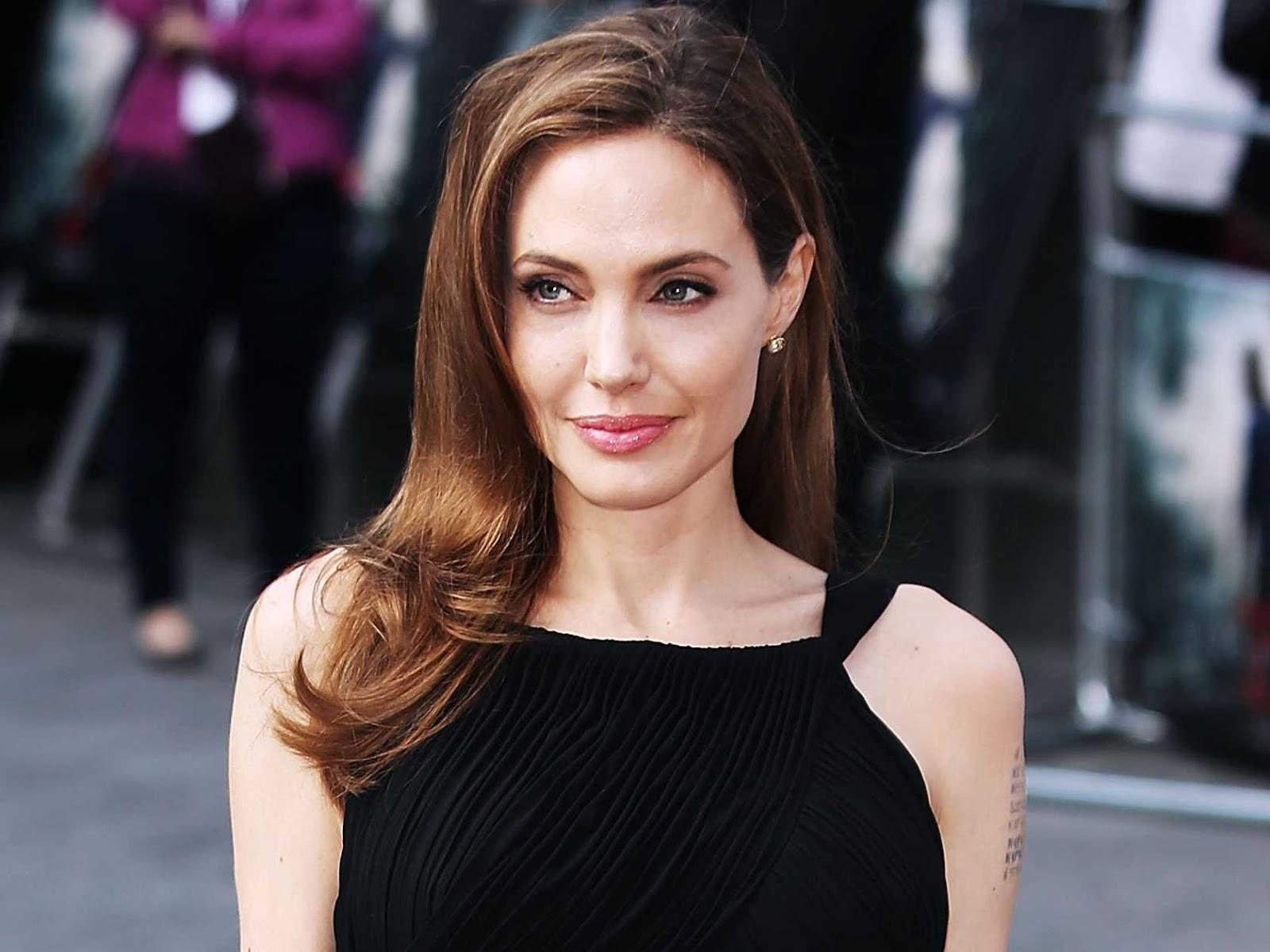 Jolie Kembali Mengunjungi Combodia
