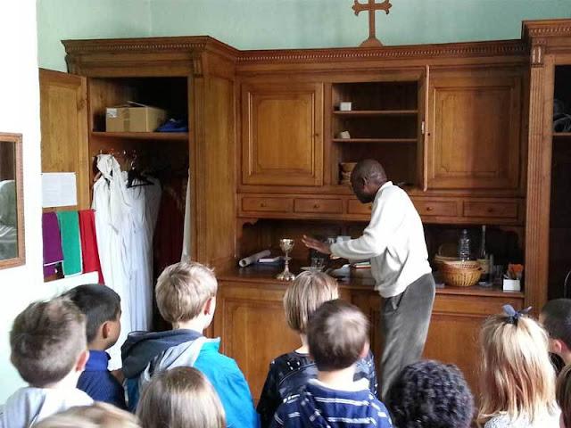 Le prêtre est intervenu (ici explication des objets dans la sacristie)