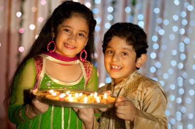 anak-anak Hindu india merayakan depawali