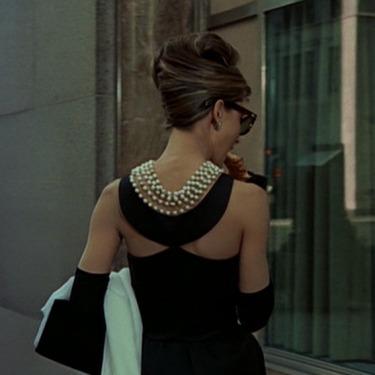 9f7fd6accf16e Hepburn'un canlandırdığı Holly'nin gardırobu, kolay, şık ve asil parçalarla  dolu. 60'ların tarzını kalıplı siyah elbiseler, uzun eldivenler, büyük  gözlük ve ...