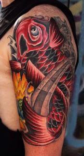 tatuaje pez koi rojo