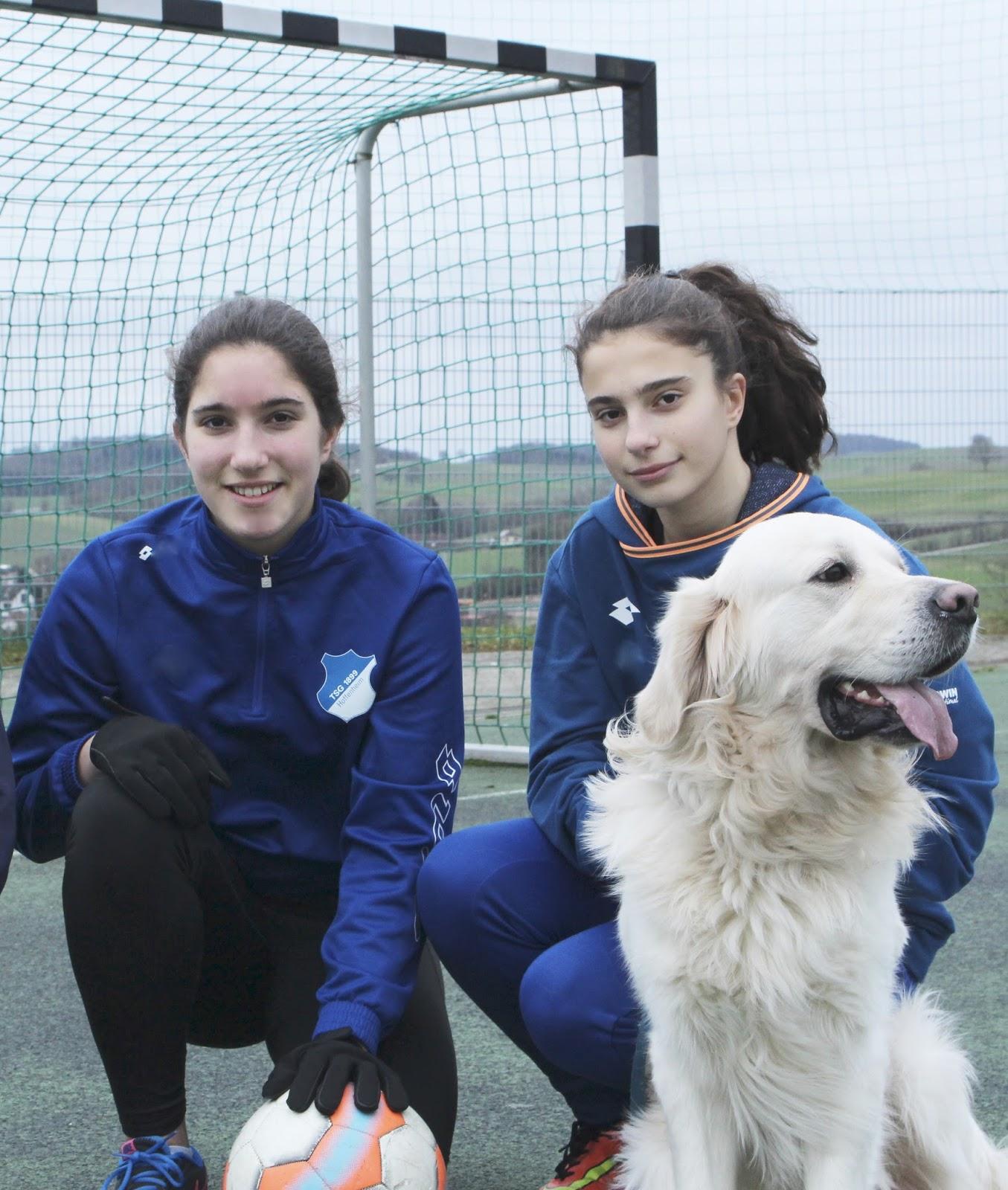 Telekom Sport Paket: Sophie und Clara auf dem Fussballplatz in Hoffenheim