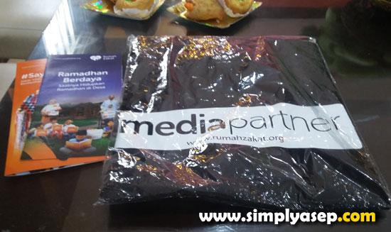 GOODIE BAG : Satu T-Shirt untuk satu media. Seluruh peserta yang rata rata jurnalis dari berbagai media itu mendapat Goodie Bag ini untuk dibawa pulang. Lumayan.  Foto Asep Haryono