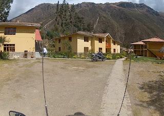 Bela vista da montanha no hotel em Ollantaytambo / Peru.