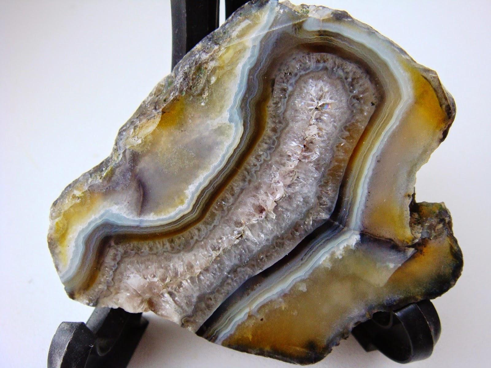 Чукотский агат с кристаллами аметистовидного кварца.