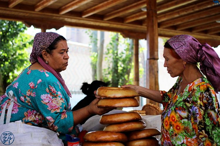 Le Chameau Bleu - Blog Voyage Ouzbékistan - Vente de pain en Ouzbékistan