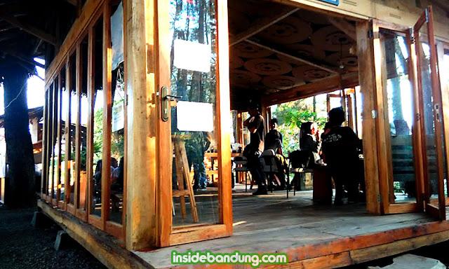 armor kopi, cafe dengan konsep alam terbuka di Bandung