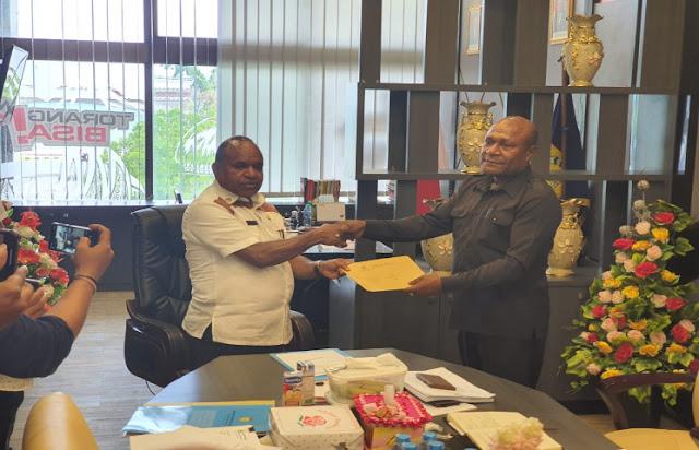 Doren Wakerkwa Ungkap Mendagri Berhentikan Bupati Sarmi, Yosina Troce Insyaf