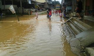 Hujan yang terus mengguyur beberapa hari terakhir ini membuat sungai menjadi meluap sehingga menggenangi sejumlah wilayah yang ada di Kabupaten Sekadau