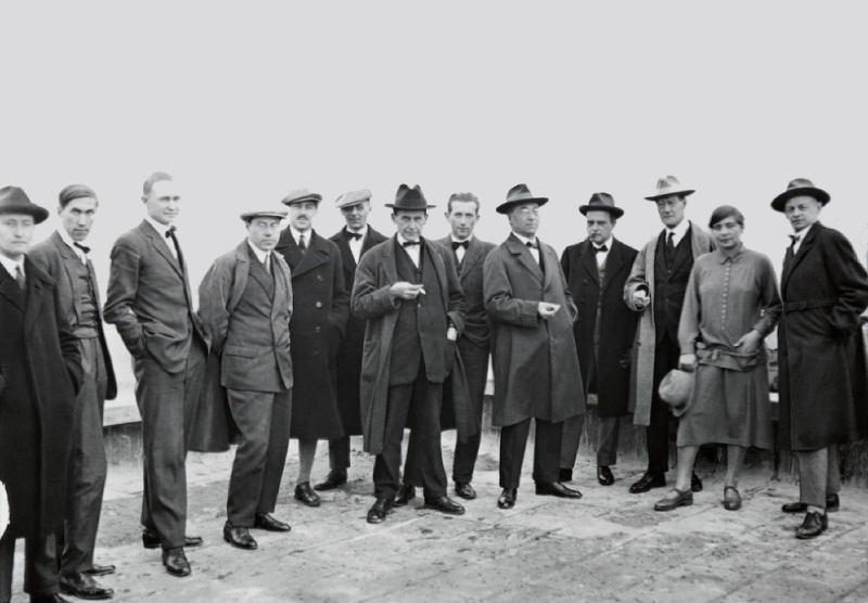La directora de los talleres textiles junto a los demás profesores de la Bauhaus.