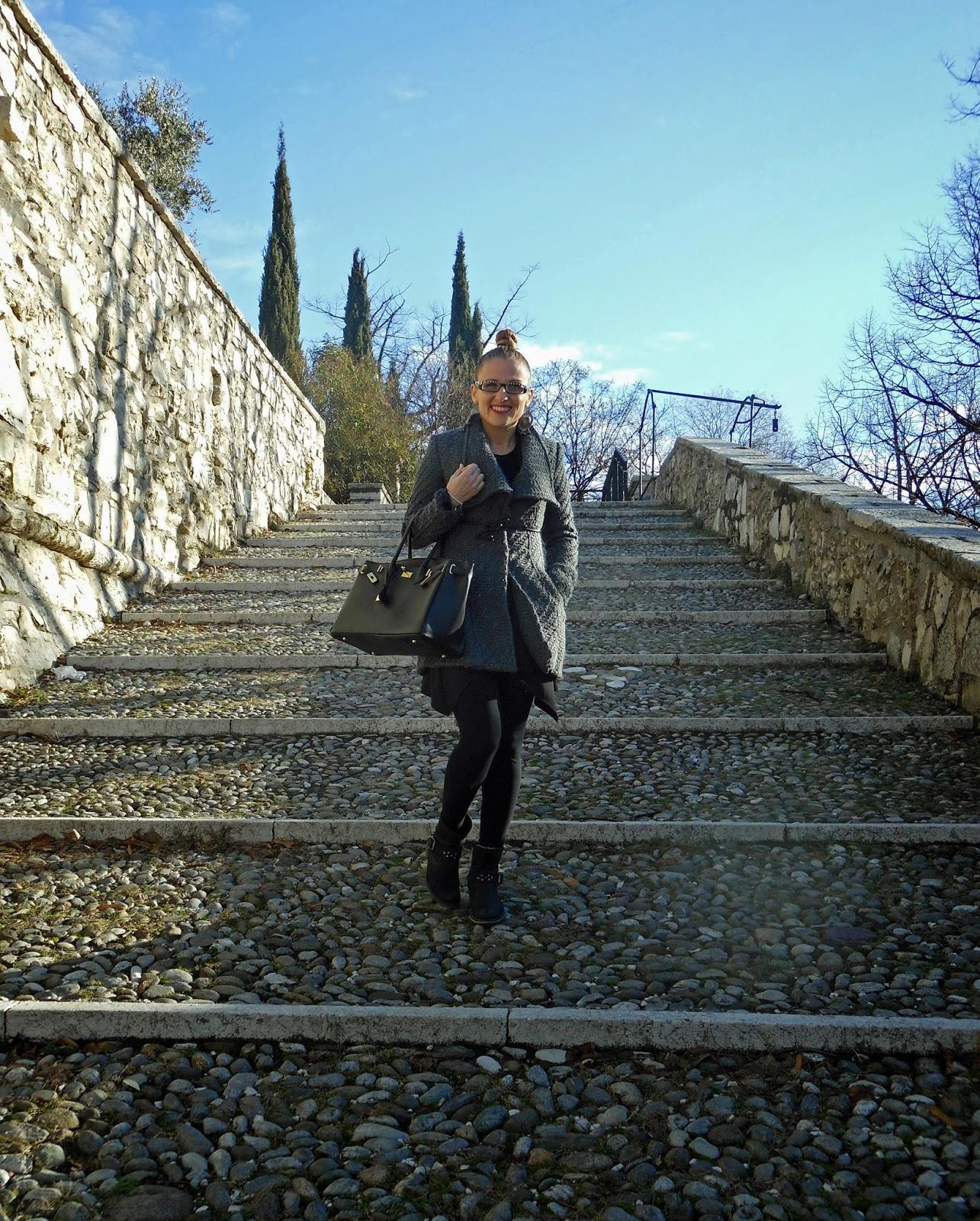 Cappotto grigio biker neri castello Brescia