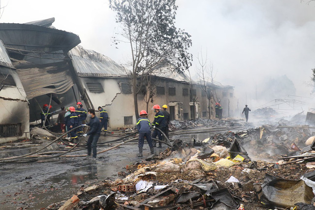 Vụ cháy nhà máy kẹo: còn 2 người đang mắc kẹt