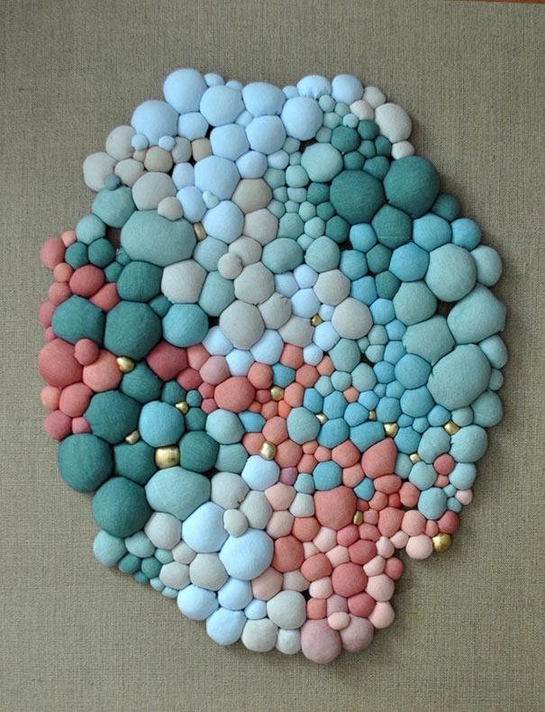 Esculturas textiles creados a partir de decenas de orbes multicolores por Serena García Dalla Venezia