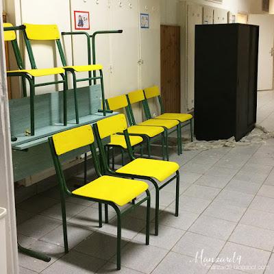 DIY osztályterem felújítás - sárga székek, táblafestékkel festett szekrény