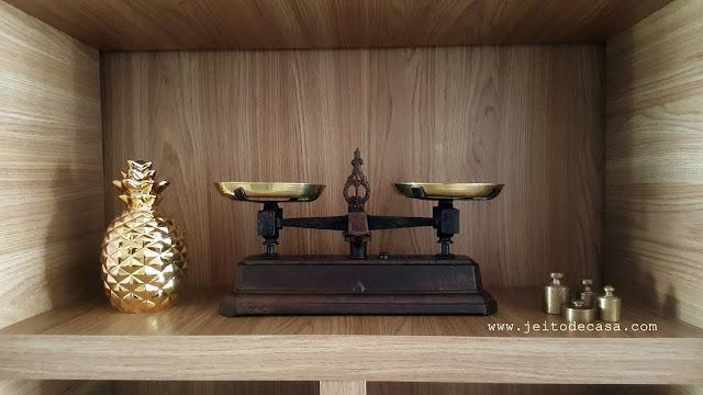 decoração-dourada-estante