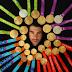 Michael Phelps: Ποζάρει με 23 χρυσά μετάλλια στο στήθος (photos)