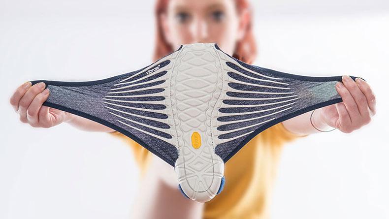 Zapatos de inspiración japonesa que literalmente se envuelven alrededor de tus pies