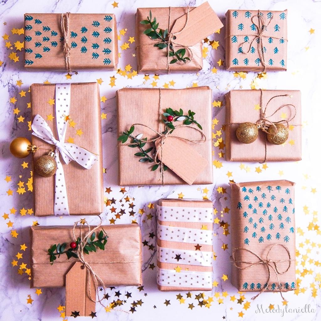 14 jak zapakować prezenty świąteczne w papier pakowy pomysły na pakowanie prezentów jak zapakować pudełko w papier jak ozdobić papier pakowy przy pakowaniu prezentów wstążki bombki złoto gałązki pakowy pap