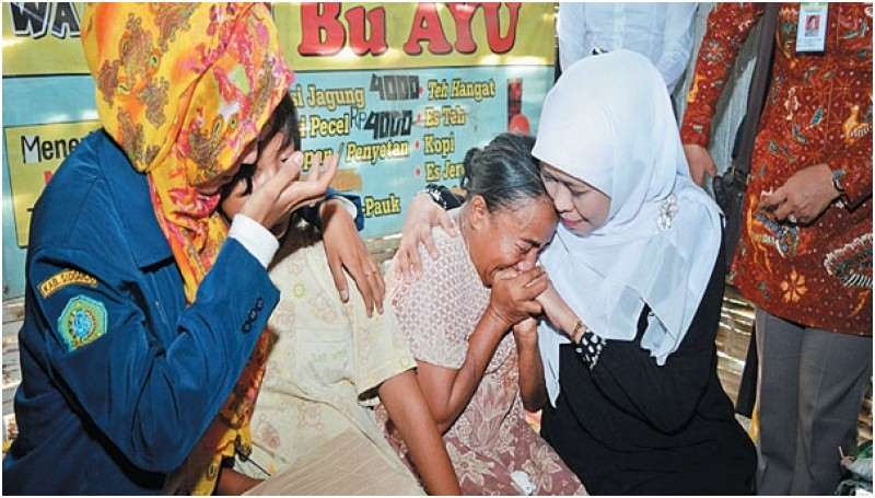 Mensos Khofifah Indar Parawansa saat mengunjungi korban pemerkosaan