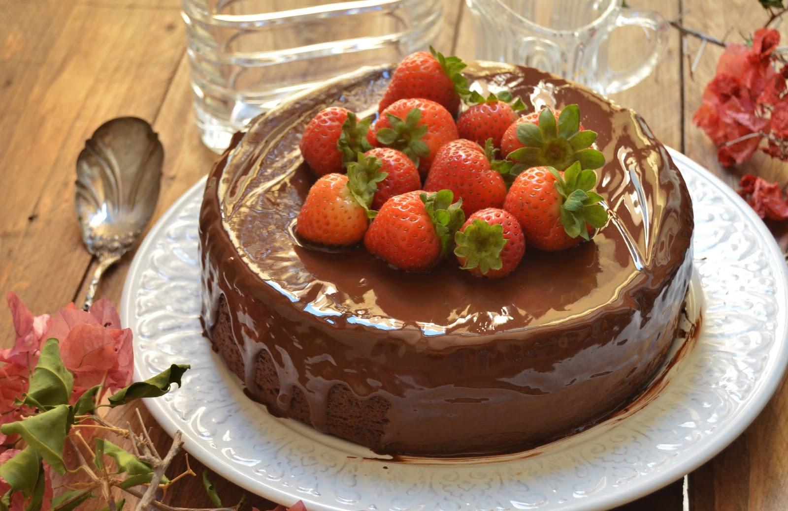 Pastel de chocolate y fresas cuchillito y tenedor - Decoracion con chocolate ...