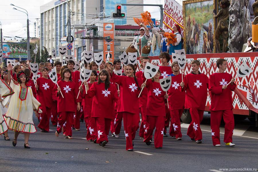 Девушки с масками. Празднование тысячелетия единения мордовского народа с народами России