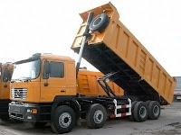 Damperli bir kamyon kasasını kaldırırken