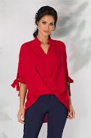 Bluza are croiul lejer, cu lungimea asimetrica
