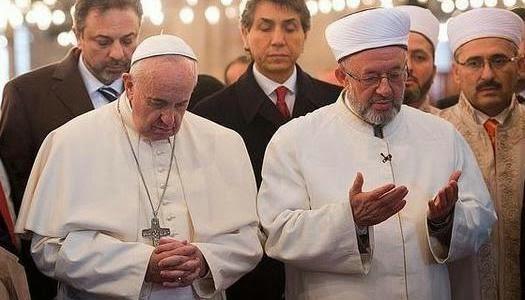 Papa Francisco y líder musulmán orando