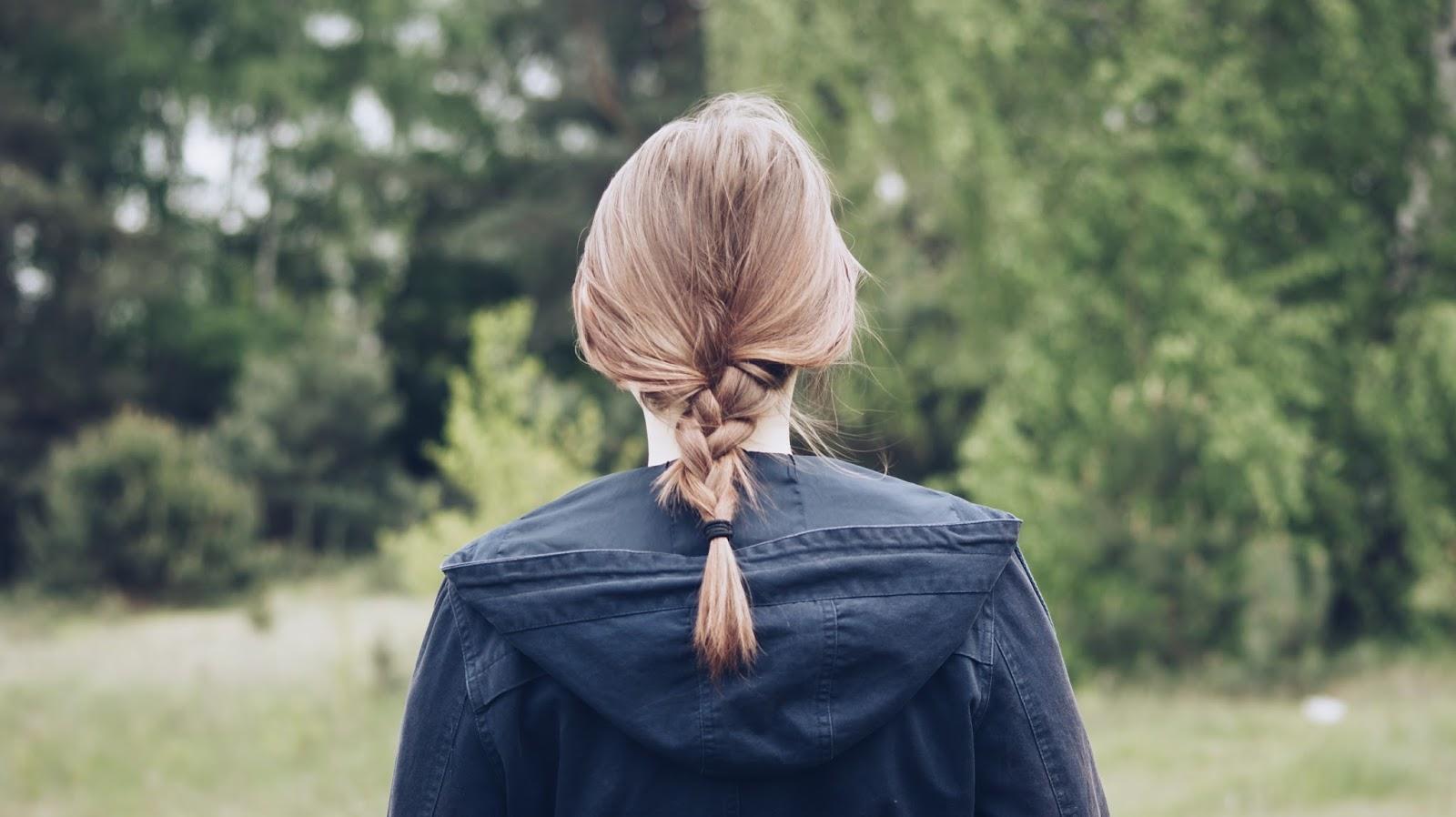 fotografia, zdjęcia, inspiracje, maj, wakacje, sesja, plener, kurtka, parka, zieleń, wiosna, warkocz, fryzura,