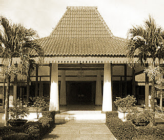 Keunikan Rumah Adat Tradisional Keraton Kasepuhan Cirebon Jawa Barat Tempat Wisata Keunikan Rumah Adat Tradisional Keraton Kasepuhan Cirebon Jawa Barat