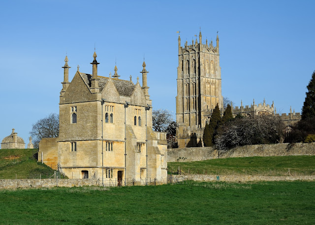 The gate and East Banqueting House of Campden Court and St James's Church in Chipping Campden (Photo Saffron Blaze, via http://www.mackenzie.co)