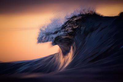 Minimalista ola de mar con fondo amarillo