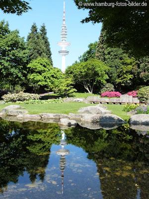 Japanischer Garten in PLanten un Blomen. Spiegelung vom Hamburger Fernsehturm im Teich