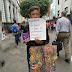 Niño en San José vende pulseras ayudarse en su graduación