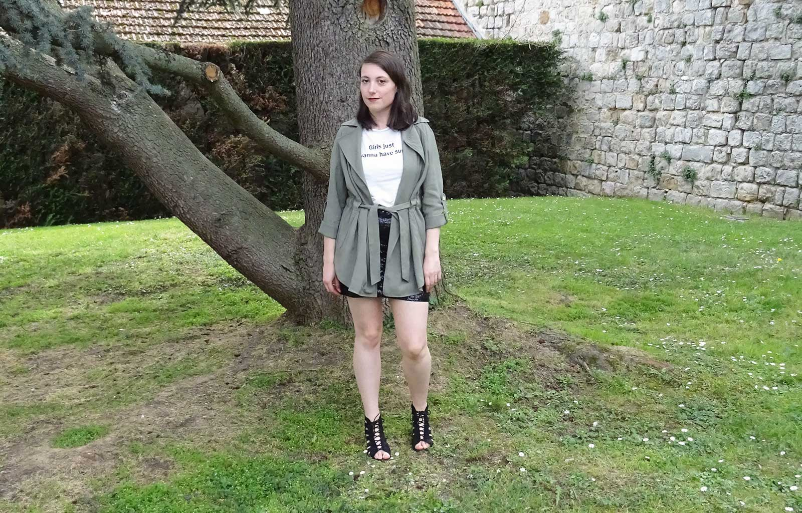 Look printemps été jupe à sequins t-shirt imprimé trench sandales à talon