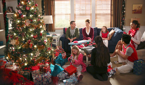 'The Neighbors': cast talk holiday wishes, previews upcoming X-mas episode (Video)