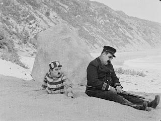 """Кадр из фильма Чарли Чаплина """"Искатель приключений"""" (1917) - 1"""