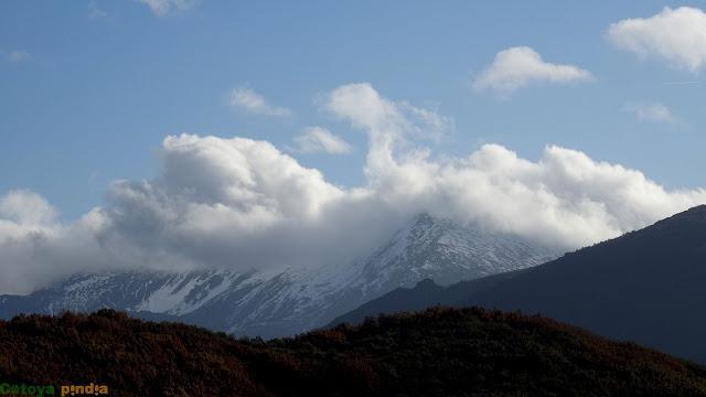 Zoom al Pico Murcia entre la niebla