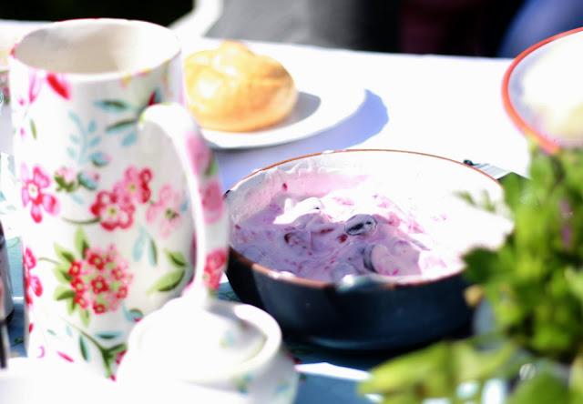 Frühstück im Garten mit selbstangerührtem Fruchtjoghurt , Pomponetti