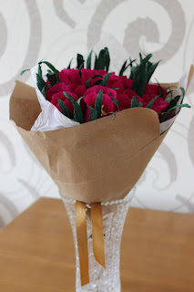 бумажные цветы, сладкий подарок, цветы из гофробумаги, гофрированая бумага цветы,сладкий букет, конфетный букет, оригинальный подарок, подарок из ничего, Яна SunRay, настроение своими руками, мужской букет, колбасный букет