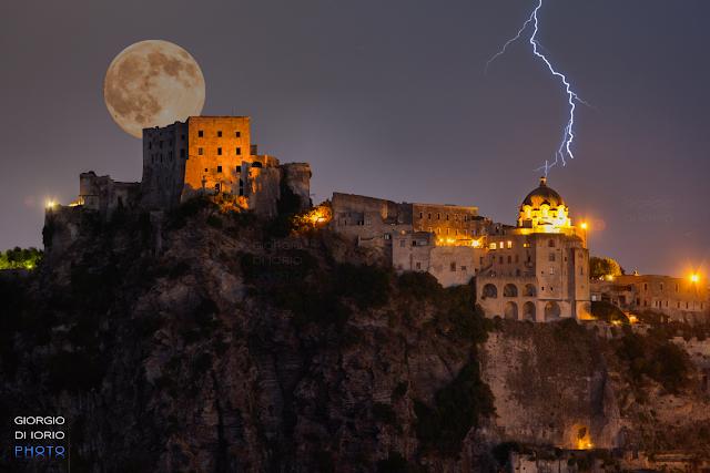 luna ischia, moon ischia, foto Ischia, Foto di Ischia, Castello Aragonese Ischia, full moon, luna piena ischia, fulmine, lightning,