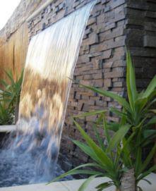 taman di tengah rumah dengan air mancur